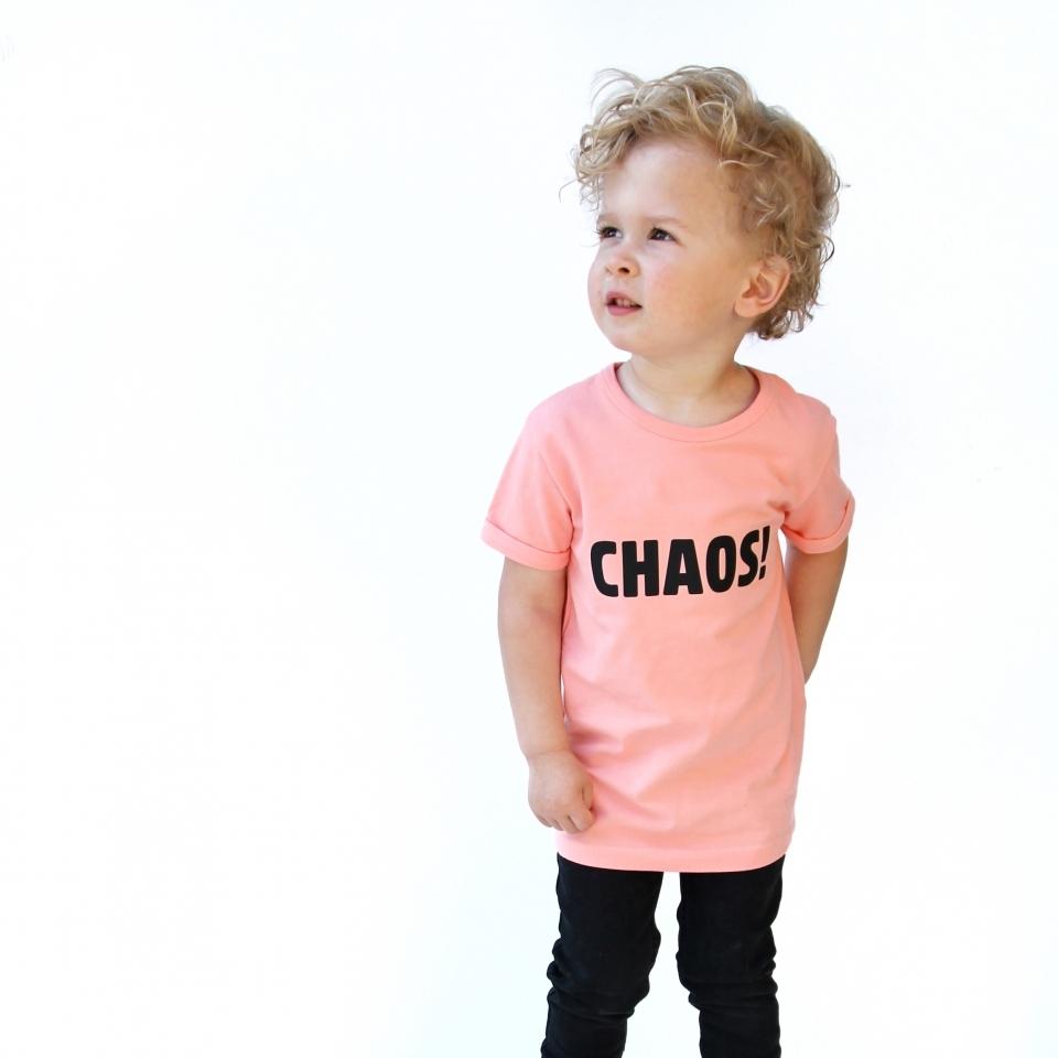 T-shirt CHAOS! zalm roze sfeer